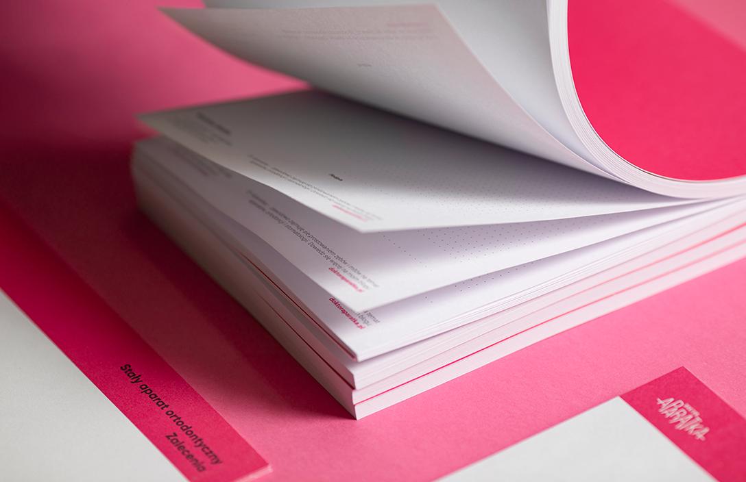 notes na różowym tle opadające kartki